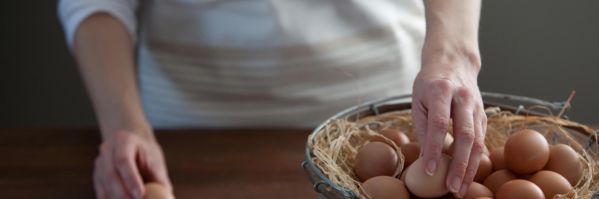 persona con uova su tavolo