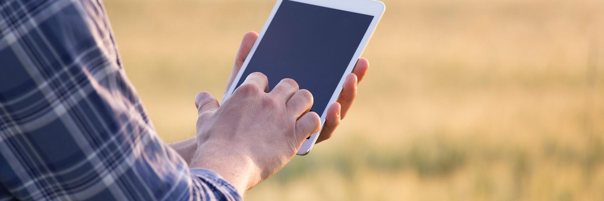contadino con tablet